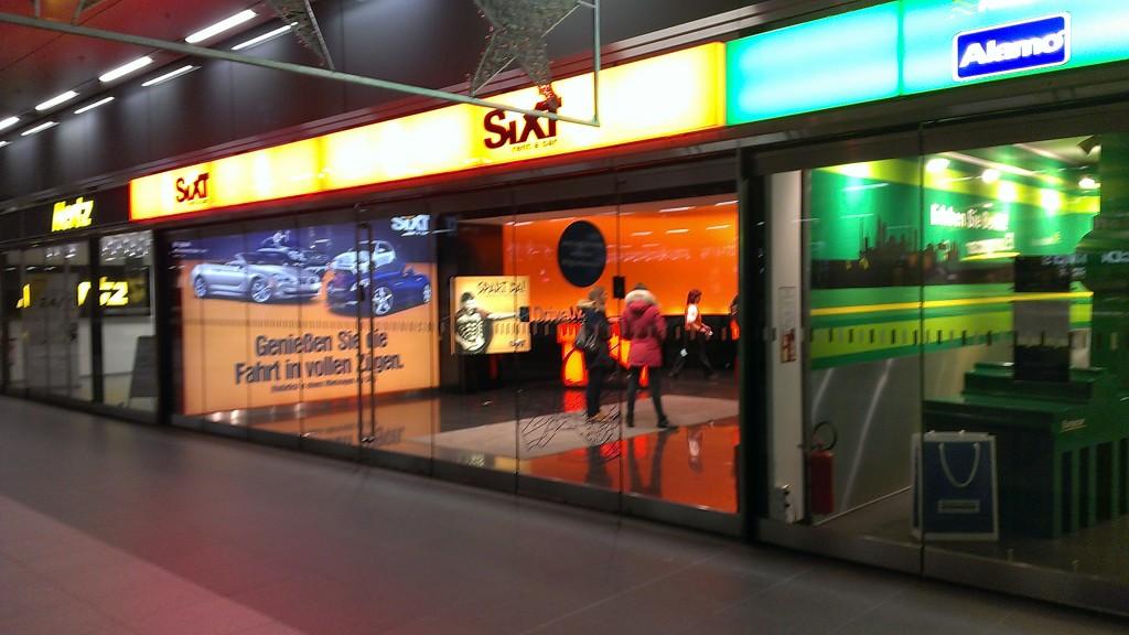 Fillialen von Hertz, Sixt und Europcar nebeneinander im Berliner Hauptbahnhof